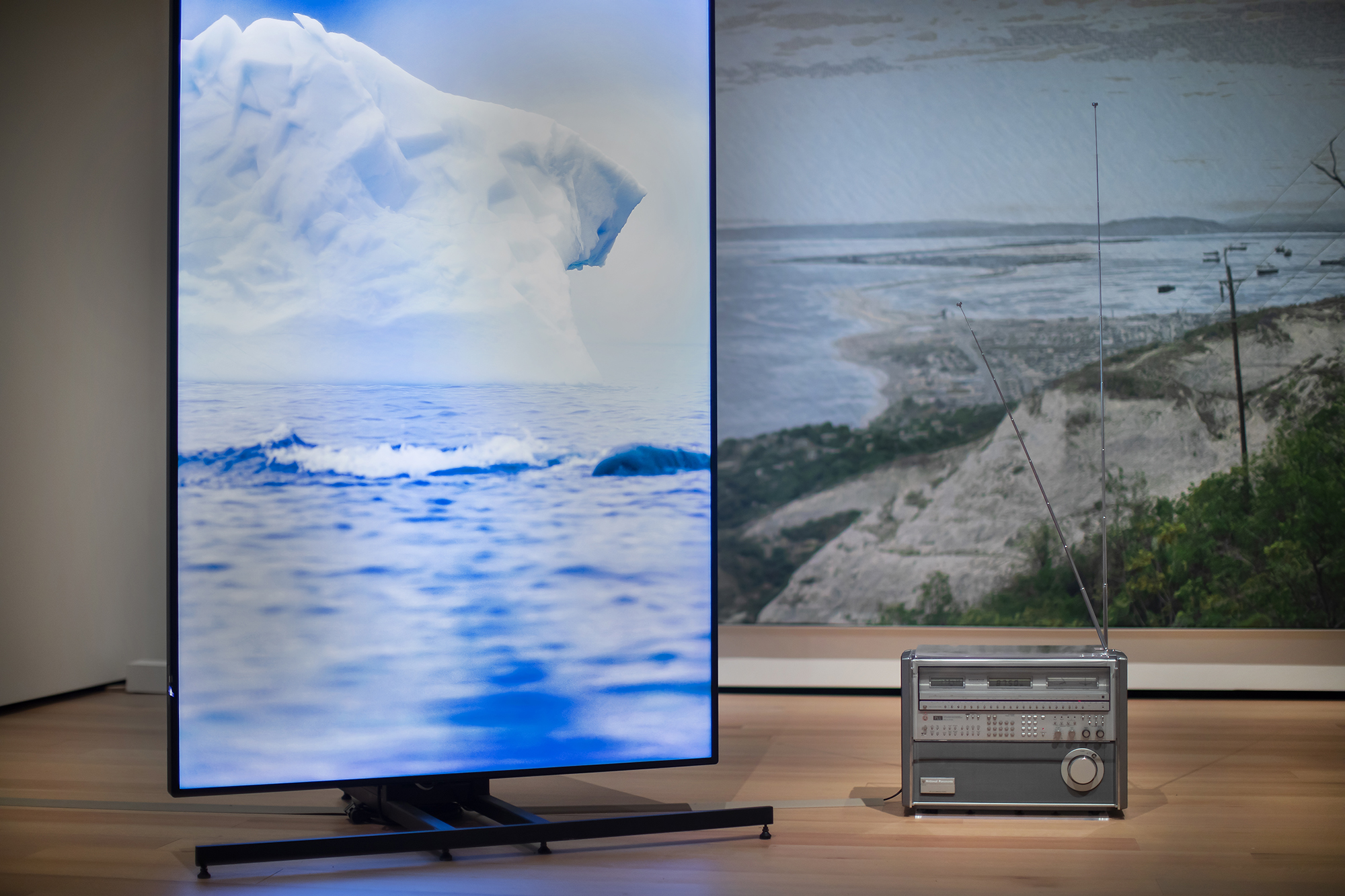 screen showing icebergs and a radio
